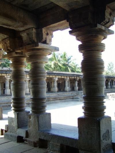 Все ограждение двора украшено колоннами...