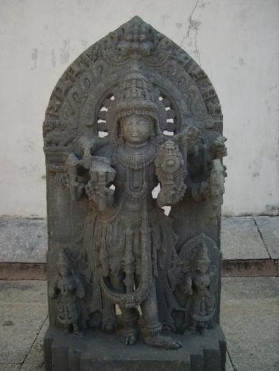 В целом резьба статуй во дворе показалась мне менее вдохновенной...
