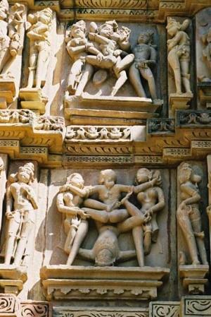 Сцены из Камасутры в Кхаджурахо