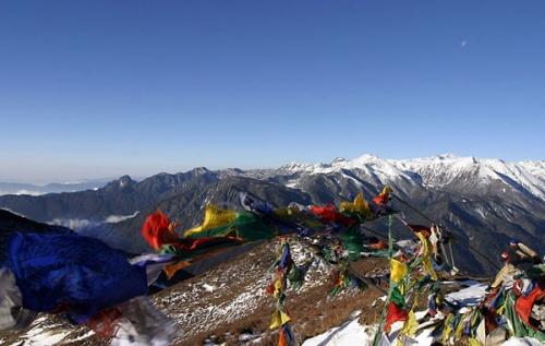 Это обо — «зачарованное» место на одном из перевалов в Гималаях. Оно представляет собой груду камней, украшенную цветными флажками. Каждый, кто проход