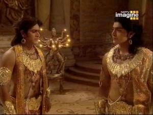 А во дворце Рама и его братья обсуждают, что произошло