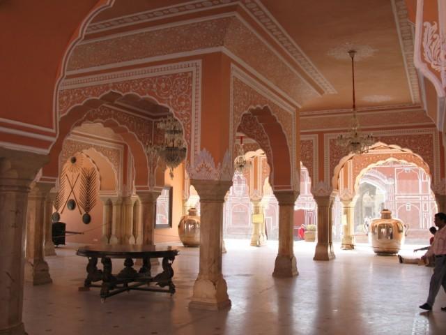 Знаменитый серебряный чан.Джайпурский городской дворец.