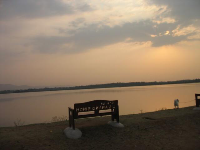 Скамейка с видом на закат