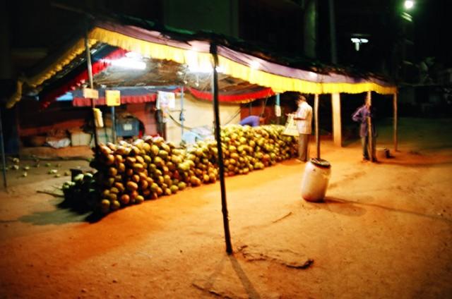 Продажа кокосов. На территории ашрама.