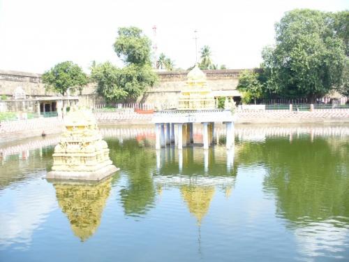 Священное водохранилище Вишну темпл. На глбине 18м - статуя Вишну