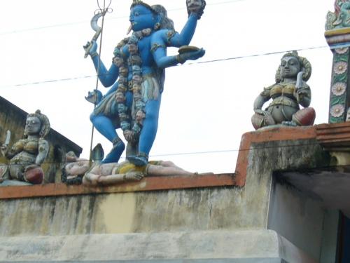 Кали -скульптура на одном из Мамалопурамских храмов. До чего довели...