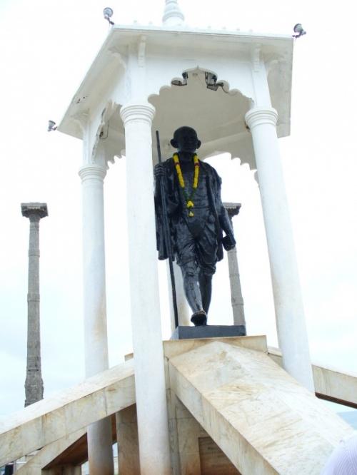 Набережная Пондичерри. Ганди в гирлянде по слуяаю какого-то праздника