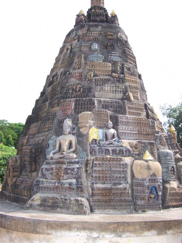 Бодхгая Ступы около Главного Храма