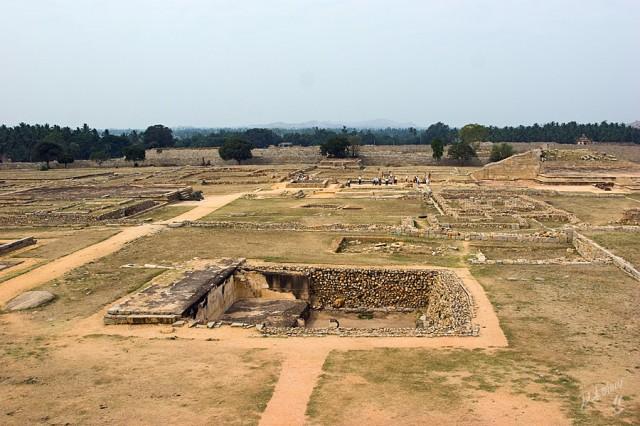 вид на развалины с Маханавали Дибба