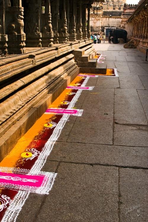 на территории храма Вирупакши - ранголи вдоль стены храма