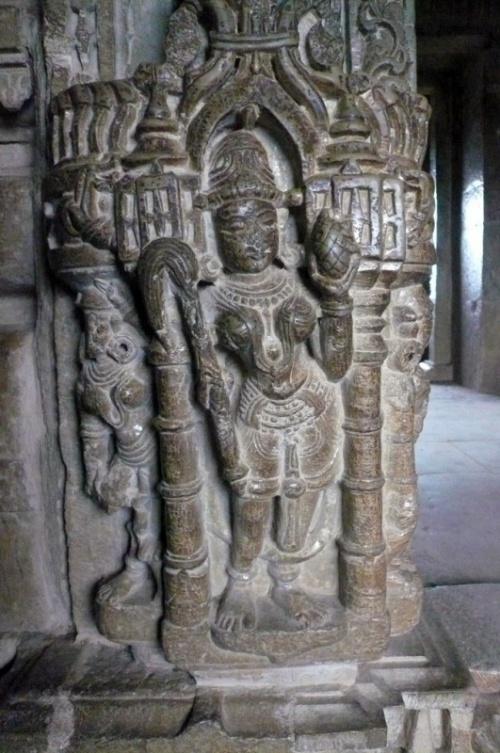 Скульптура внутри Джая Стамбха
