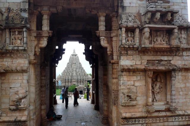 Вход в храмовый комплекс возле Джая Стамбха