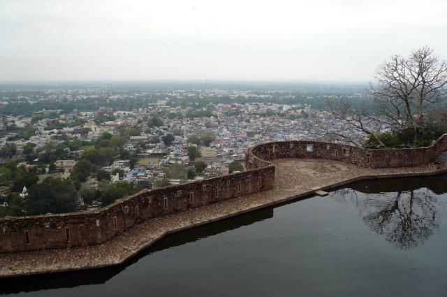 Вид на город от водоема