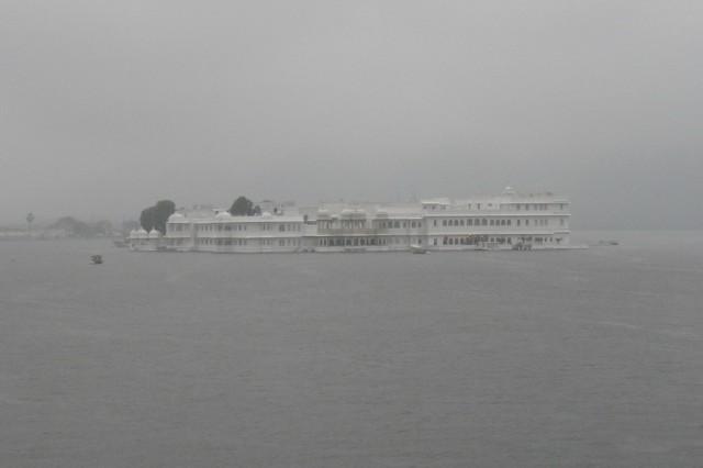Озерный дворец под дождем