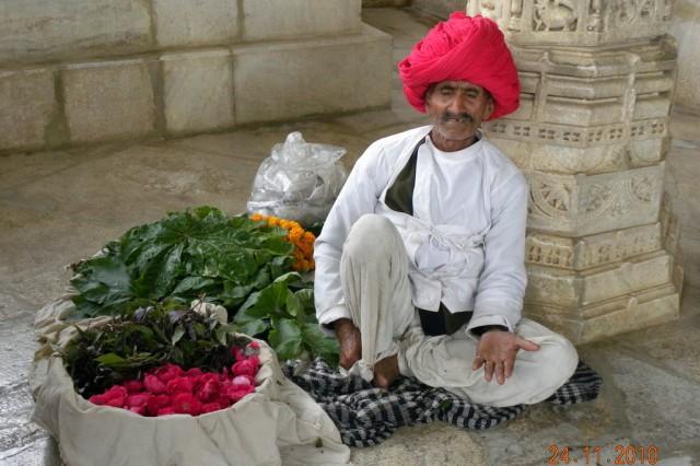 Дедуля возле входа в храм