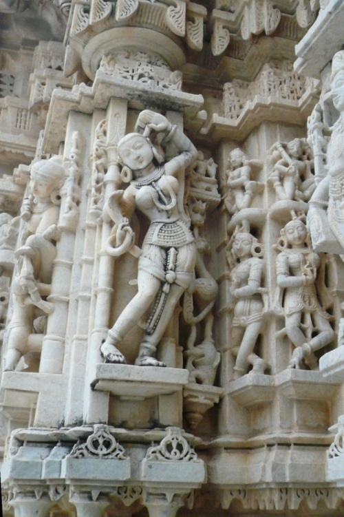 Скульптура маленького джайнистского  храма