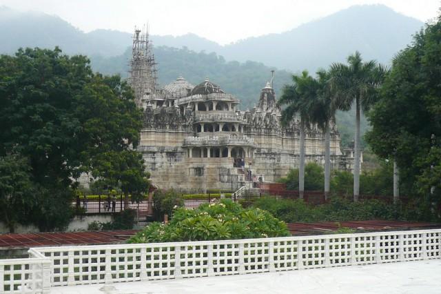 Вид на храм Адинатха с платформы маленького храмика