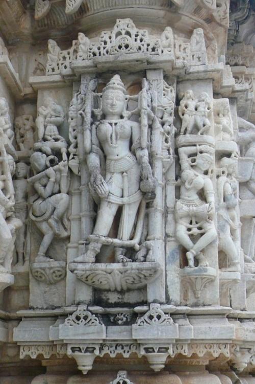 Скульптура маленького храма
