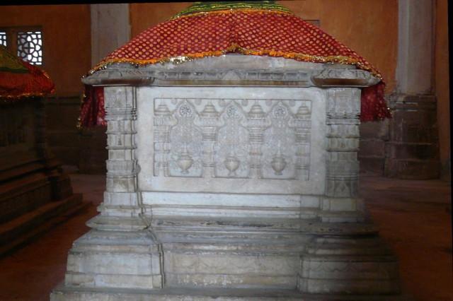 Джайнистский дизайн на гробнице муслимской султанши