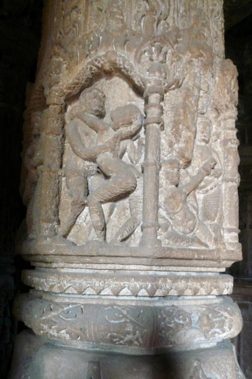 Колонны в зале собраний храма