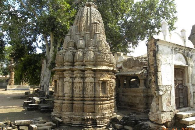 """На заднем фоне - ворота того самого """"засекреченного"""" храма Рудра Махалая"""