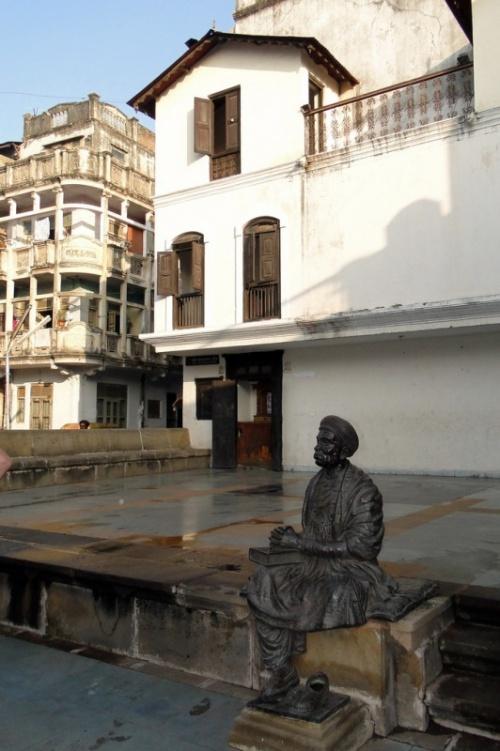 Памятник известному гуджаратскому поэту возле его дома
