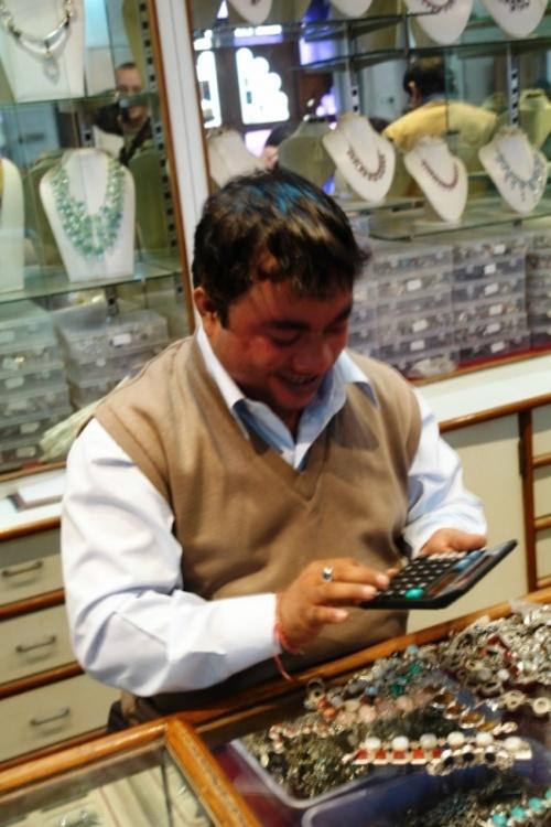 Джайпур. Продавец в ювелирном.