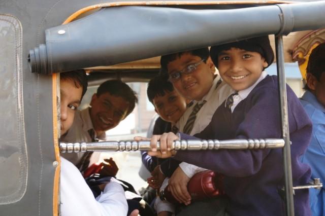 Джайпур. Дети в рикше.