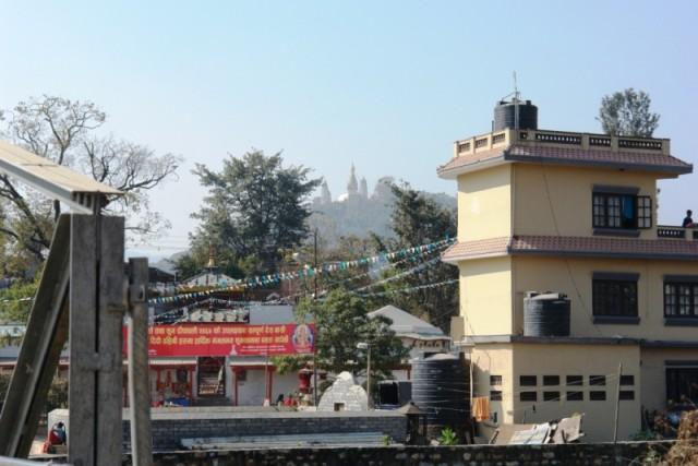 Вдалеке виднеется ступа Сваямбху