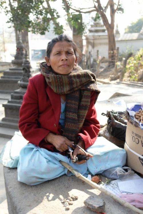 Тетка, торгующая орехами. Вооружена рогаткой для отгона обезьян.