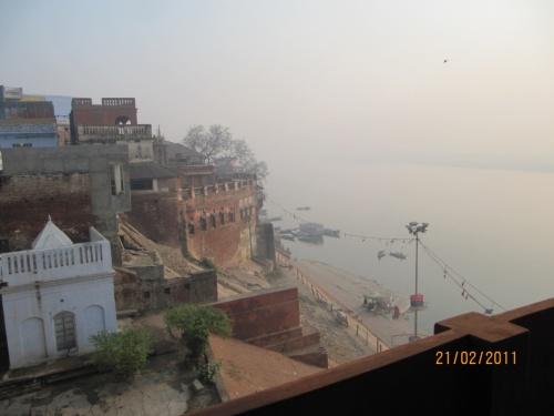 Вид на Гангу из двери нашей комнаты в Ганпати