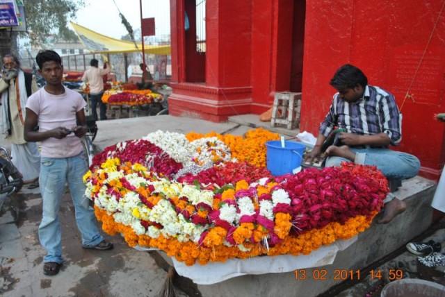 Алый храм Дурги, цветы любят все индийские боги