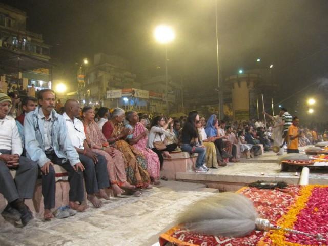 Вечерняя пуджа собирает тысячи людей всех вероисповеданий и национальностей