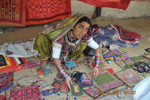 Живописная индианка предлагает свои творения
