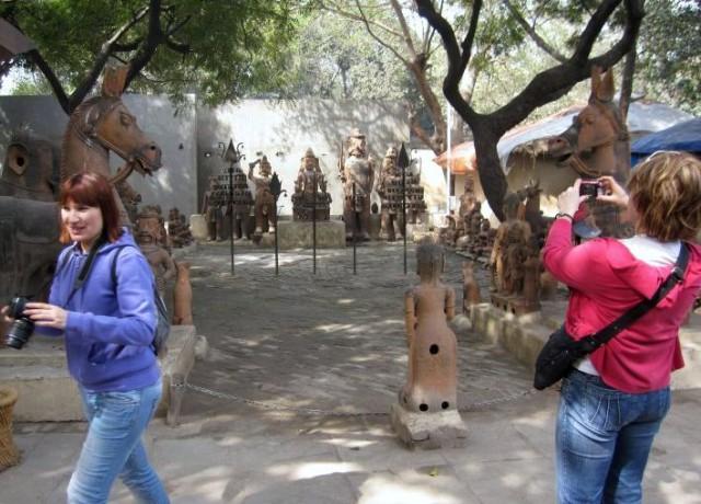 В деревне ремесленников нас встретили керамические жители и их животные
