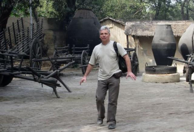 Древние повозки, гигинтские емкости для воды и зерна ну и маленькие глинобитные хижины - Гулливер приехал в лилипутию со своим скарбом
