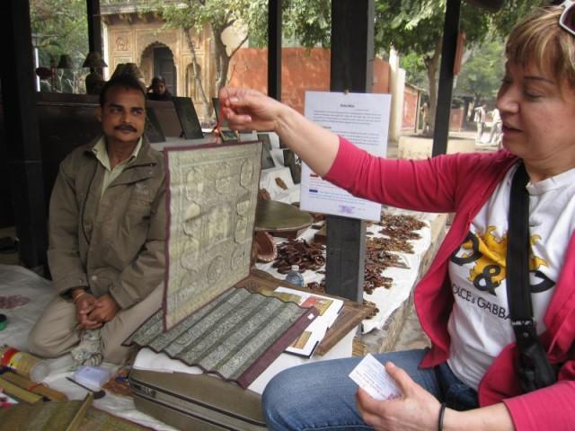 Можно вспомнить многое из жизни индийских богов, а отогнув фигурные вставки увидеть сюжеты из камасутры