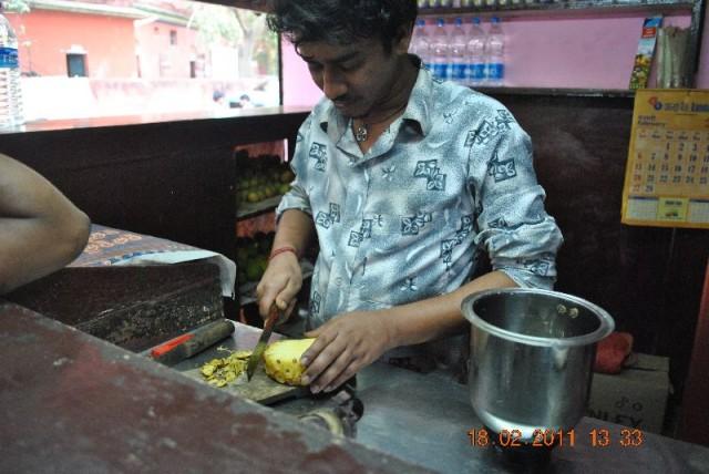 .По просьбам трудящихся в «сочной» лавке можно заказать не только ананасовый или иной сок, но что-то и более фантазийное…