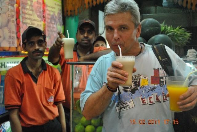 В Калькутте работники вокзальной кафешки с изумлением наблюдали, как белый сахиб упивается свежевыжатыми соками – наверное, медведь,  играющий на бала
