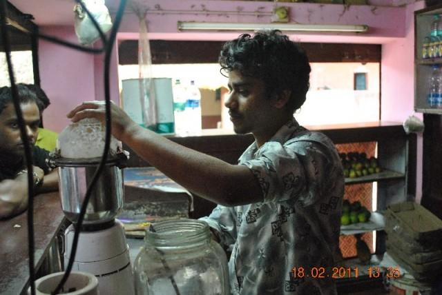 Индийский хлопец по просьбе нашего гуру – молодого брамина приготовит нам банг…