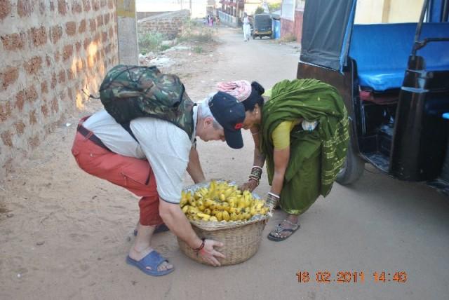Как истинный джентльмен помог даме снять тяжелую корзину