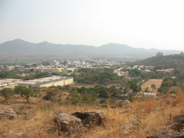 Вид на ашрам и все Путтапарти с горы