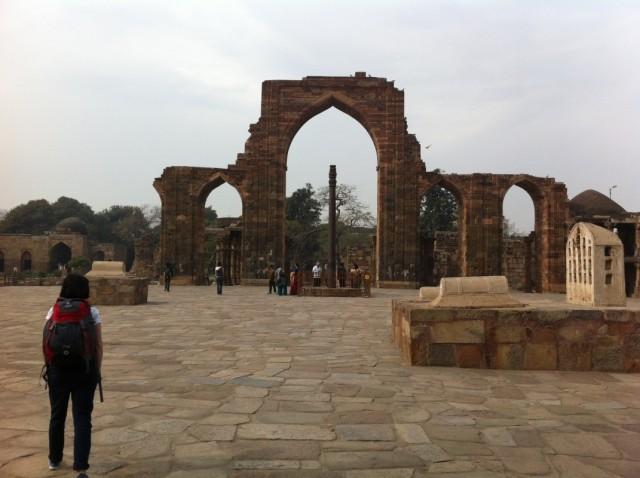 Кутуб-Минар, площадь с железной колонной
