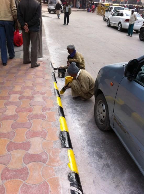 Эти черно-желтые полоски есть в каждом индийском городе