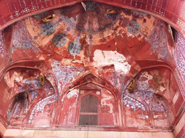 Ульи диких пчел изнутри купола мечетив Фатерпух-Сикри
