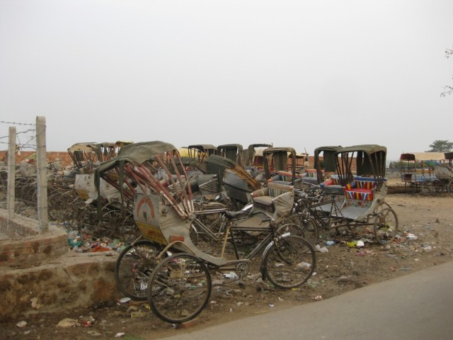 Стоянка неисправных велорикш