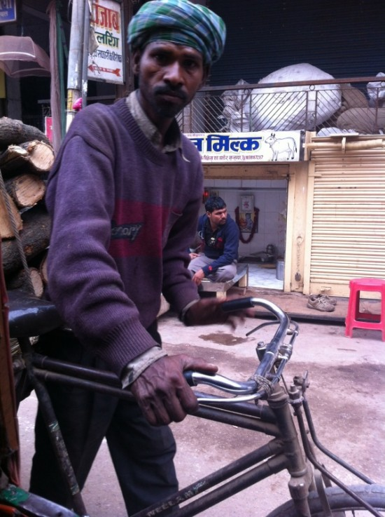 Перевозка дров для кремации на велорикше