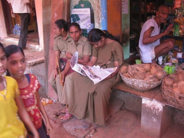 Девушка в специальном сари для полицейских