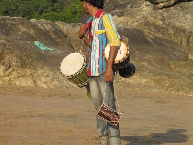Одиноко бродили торговцы барабанами, пытаясь достучаться до сердец и кошельков
