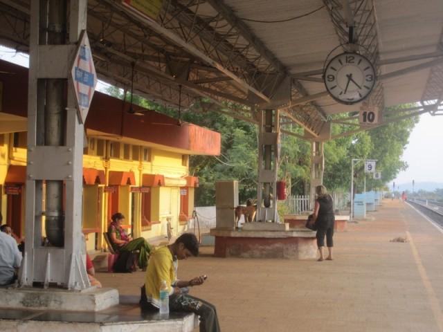 Там есть станционные часы, уставшие. но довольные путники